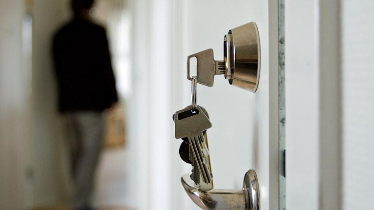 Nycklar i ett lås på ett träningsboende för personer som har avtjänat sluten psykiatrisk vård. Foto: Henrik Montgomery/TT