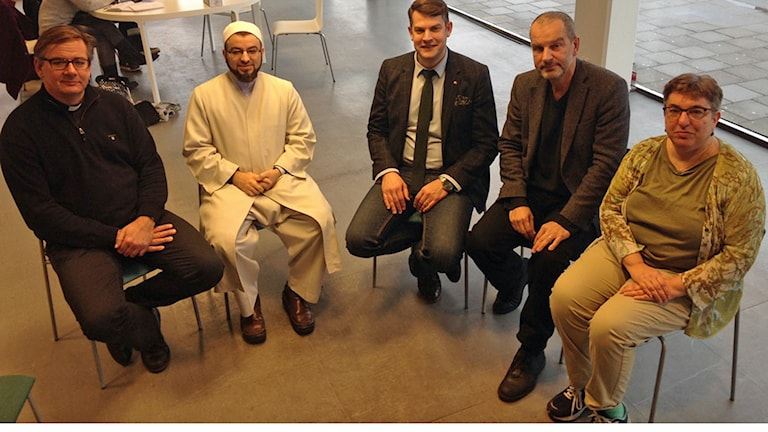 Anders Ekhem, Salahuddin Barakat, Anders Schönström, Aldo Iskra och Rebecca Lilian presenterade satsningen på mångkulturellt språkkafé i Malmö. Foto: Andreas Örwall Lovén/Sveriges Radio