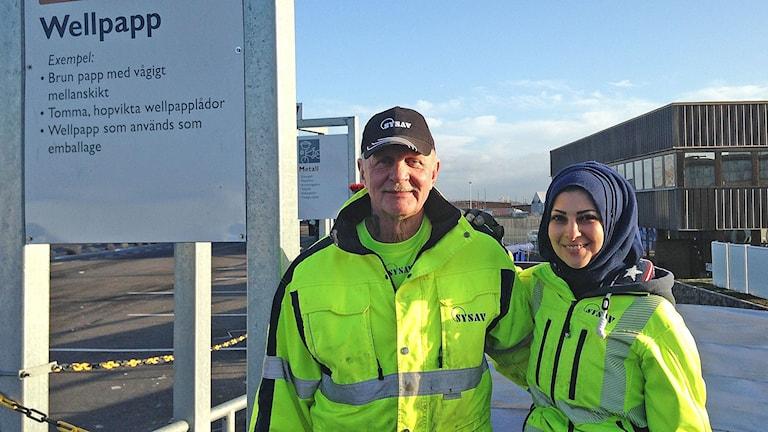 Per Jönsson och Nashwan Azawi på Norra hamnens återvinningscentral i Malmö. Foto: Jonathan Hansen/Sveriges Radio
