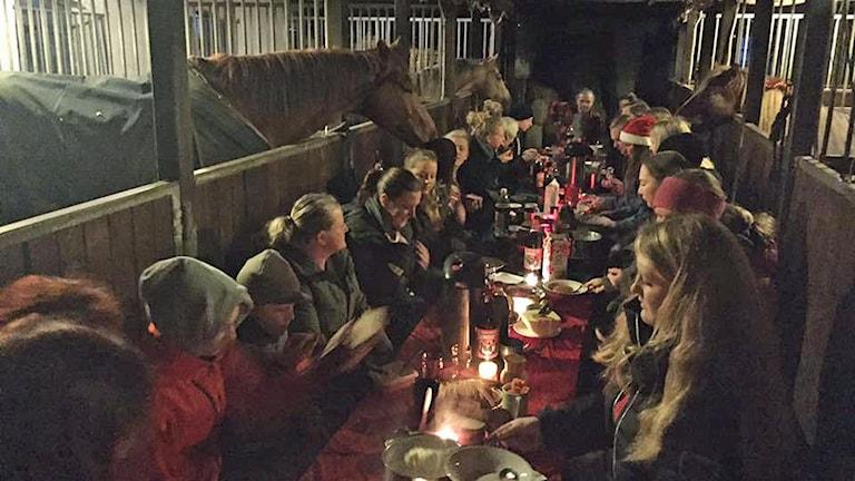 Bengt Ekblom med familj har frukost i stallet på julafton