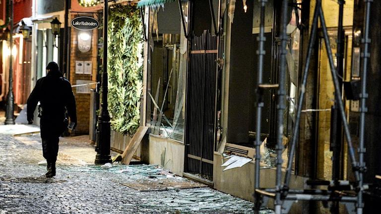 Polisens bombtekniker på plats för att undersöka entrén till klubblokalen som fick stora skador vid explosionen. Foto: Johan Nilsson/ TT