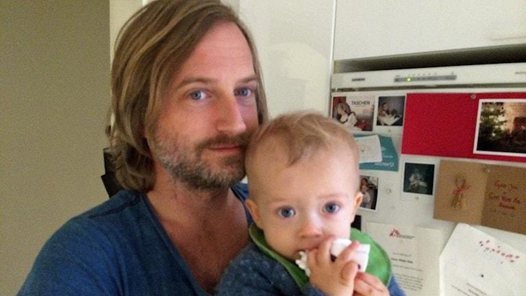 Fredrik Andersson med sonen Henry, ett år. Foto: Odd Clausen/Sveriges Radio