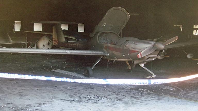 Brandskadat flygplan efter branden vid Enoch Thulins flygplats i Vallåkra. Foto: Bosse Johansson/Sveriges Radio