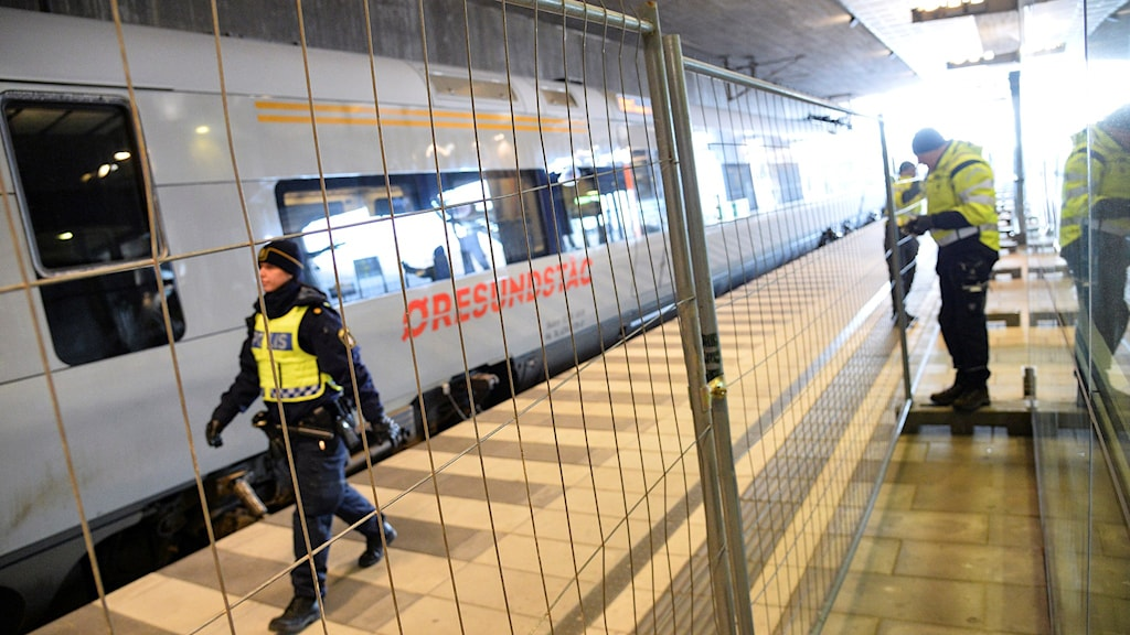 Poliser på perrongen i Hyllie där stängsel satts upp för gränskontrollerna. Foto: Johan Nilsson/TT