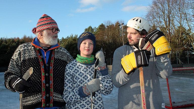 Jonas Hermansson, Olle Jonasson och Peter Andersson vid rinken i Brösarp. Foto: Malin Thelin/Sveriges Radio