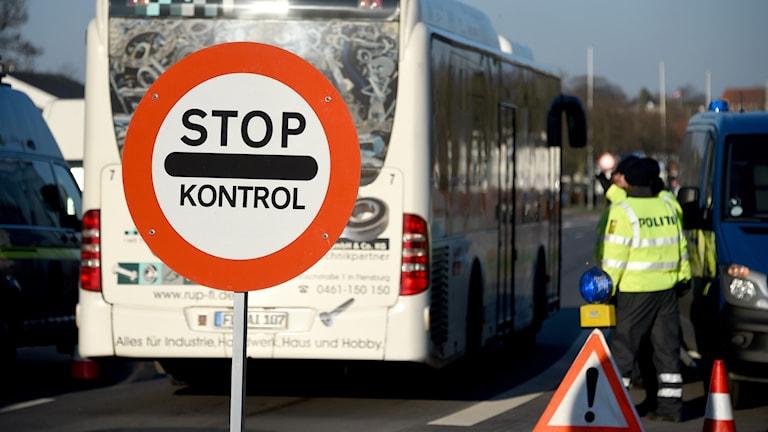 Danska polisen kontrollerar trafiken vid Krusa nära Flensburg, Tyskland. Foto: Carsten Rehder/AP