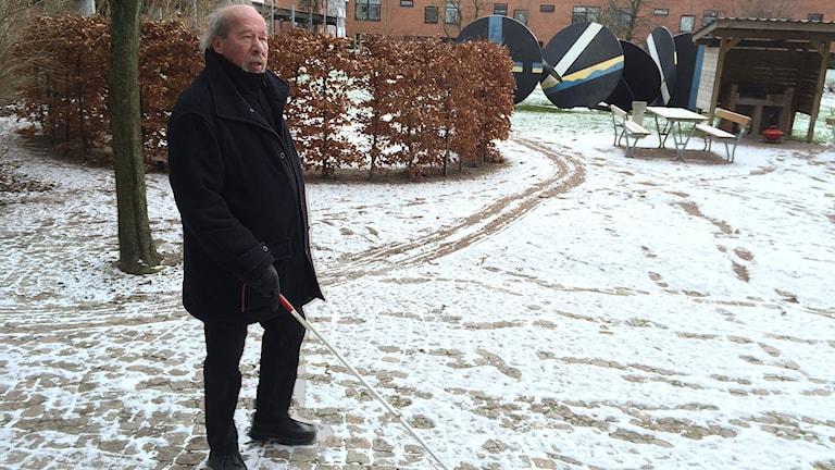 Lars Eisner, synskadad ute i snön. Foto: Petra Haupt/Sveriges Radio