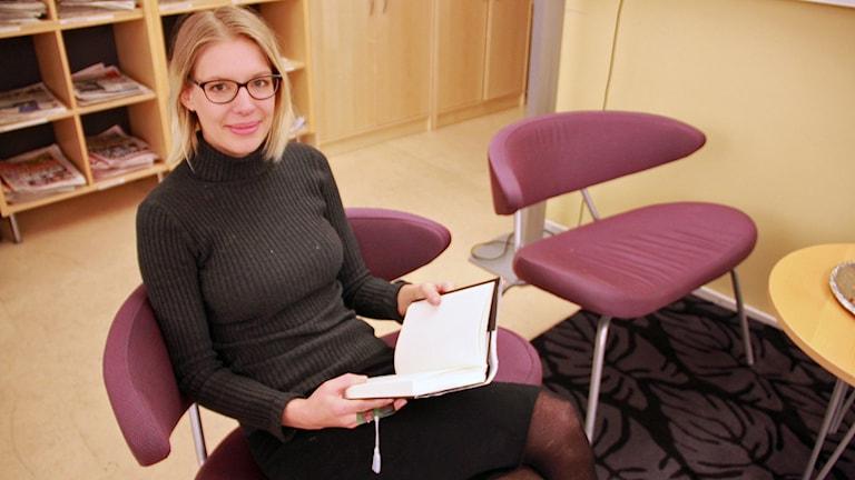 Liza Jacobsson tipsar om heta pocketböcker. Foto: Jenny Cederbom/Sveriges Radio