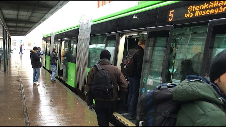 Resenärer stiger på bussen vid flera dörrar. Foto: Madeleine Fritsch-Lärka/Sveriges Radio