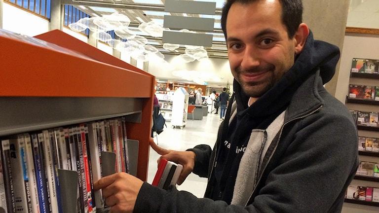 Anas från Syrien integrerade sig själv genom att låna svenska filmer. Foto. Evelina Olsson/Sveriges Radio