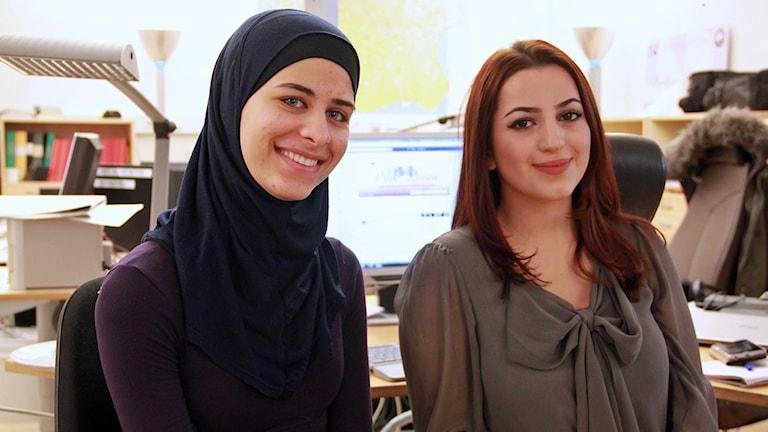 Marjam Khattab och Roba Kadhem driver Facebookgruppen Pink Room där unga tjejer kan få råd och stöd. Foto: Jenny Cederbom/Sveriges Radio