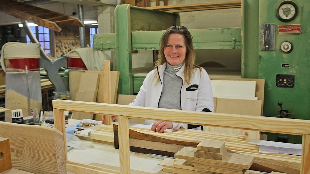 Jane Svensson Bertilsdotter som driver snickeri i Klasaröd är beroende av det fasta telenätet som nu försvinner där. Foto: Malin Thelin/Sveriges Radio