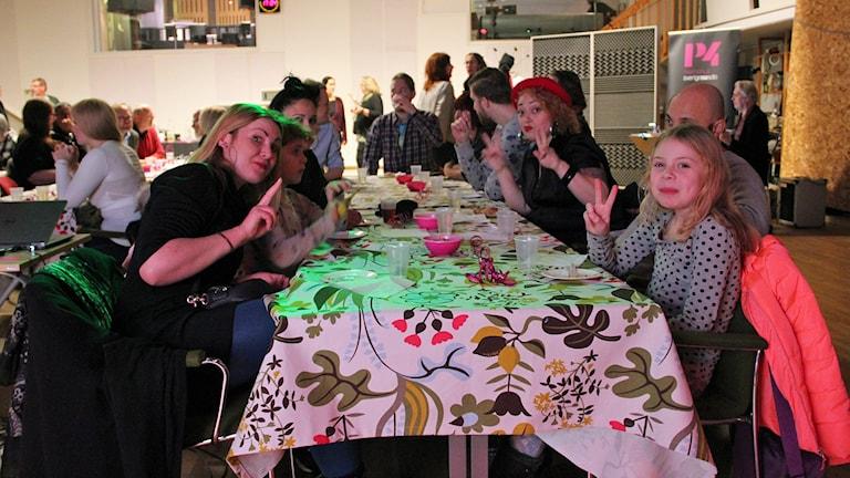 Några av alla de statister som medverkade i P4 Malmöhus filmer. Foto: Jenny Cederbom/Sveriges Radio