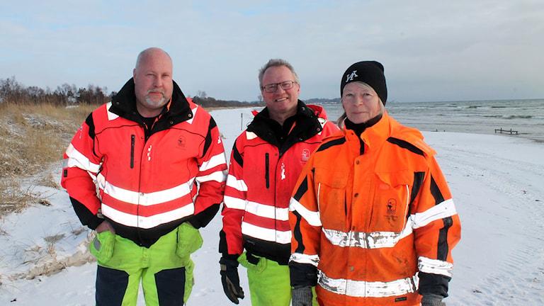 Lennart Strand, Göran Leander och Karin Persson från Kommunteknik i Skurup arbetar med att sanera kommunens strand från paraffinklumparna. Foto: Malin Thelin/Sveriges Radio