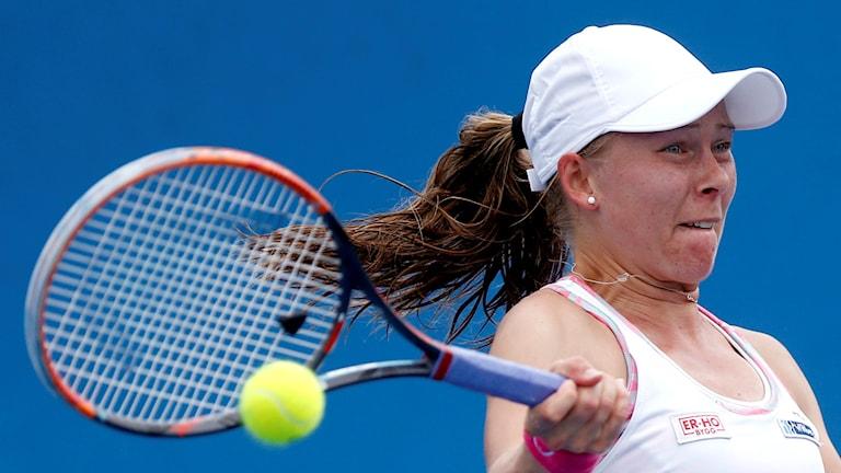 Tennisspelaren Johanna Larsson från Helsingborg i aktion i Australian Open i Melbourne. Foto: Rafiq Maqbool/TT