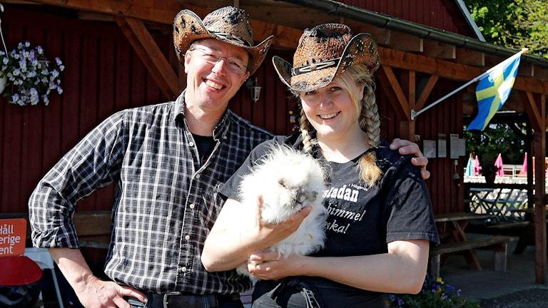 Bengt Ekblom och dottern Amanda på gården utanför Höganäs väntar på besök av P4 Malmöhus morgonprogram. Foto: Privat