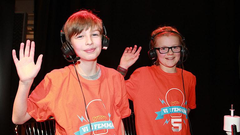 Glada segrare från Mårtenskolan, Malte Rabow och Johanna Borgström. Foto: Lars Ekman/Sveriges Radio