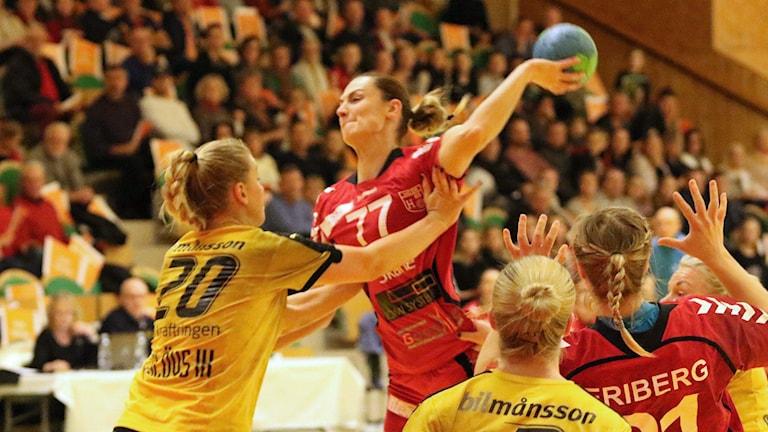 Eslövs Märta Hedenquist försöker stoppa H65 Höörs Jasmina Djapanovic i mellanskånska elitseriederbyt. Foto: Nils-Åke Åkesson.