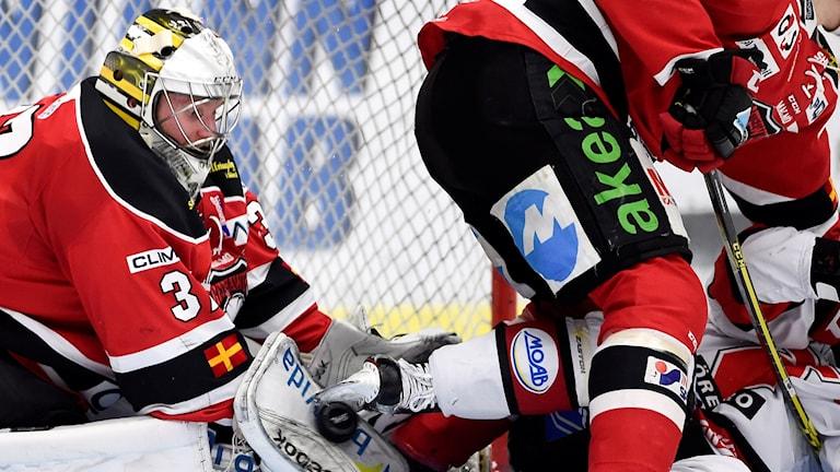 Malmö Redhawks målvakt Jonas Gunnarsson räddar ett Örebroskott. Foto: Björn Lindgren/TT
