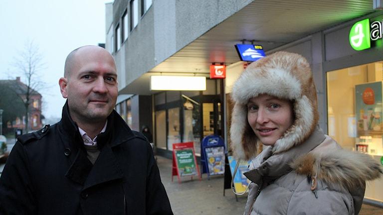 Henrik Lundblad, näringslivsstrateg på Skurups kommun, och Karolina Silfverberg, ordförande i Skurups handel. Foto: Malin Thelin/Sveriges Radio