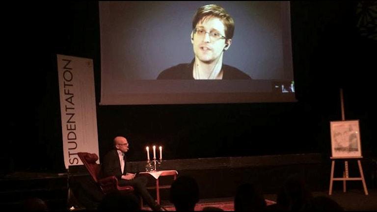Andreas Ekström intervjuar Edward Snowden. foto: Martina Pierrou/Sveriges Radio