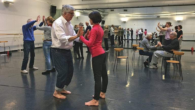 Skånes dansteater ordnar danslektion för Parkinsónpatienter. Foto: Petra Haupt/Sveriges Radio