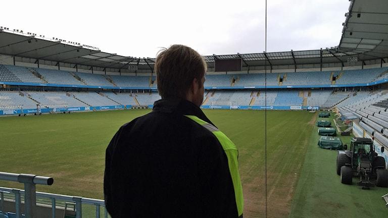Stadionansvarige Anders Lindsjö tittar ut över MFF:s duvplågade hemmaarena. Foto: Anton Kalm/Sveriges Radio