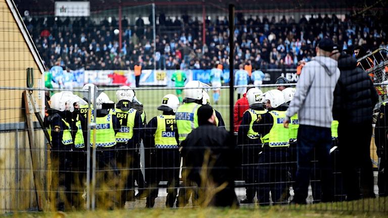 Förstärkt polisbevakning av träningsmatchen MFF-Bröndby efter tidigare bråk på stan. Foto: Emil Langvad/TT