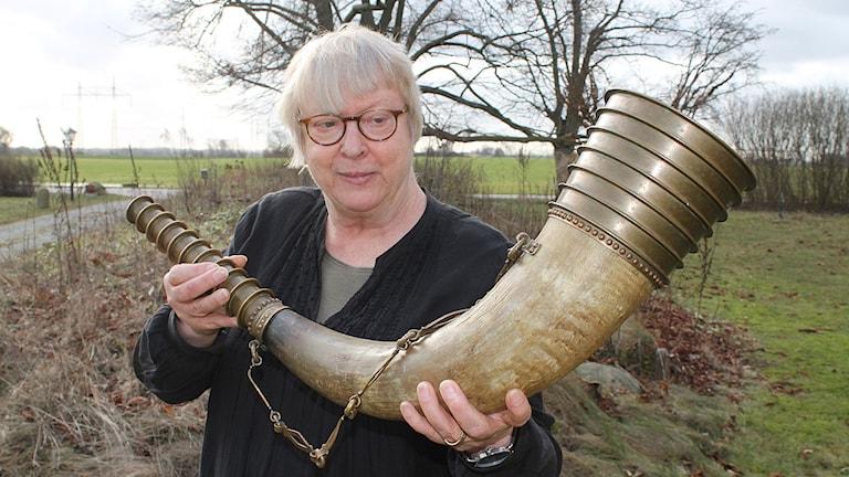 Cajsa S.Lund med en replik av Barvaluren. Foto: Malin Thelin/Sveriges Radio
