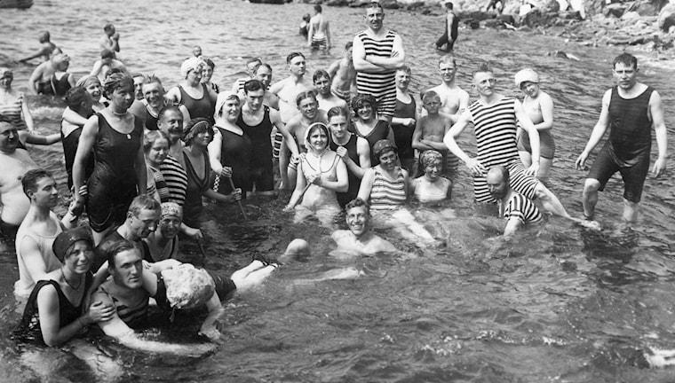 Mölle blev på 1890-talet en av Sveriges första badorter. På bilden: människor runt sekelskiftet badar i baddräkt i Mölle. Foto: SVT Bild