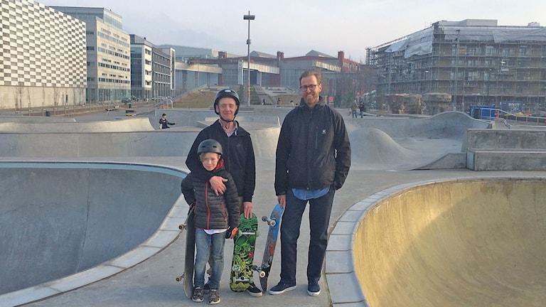 Skejtarna James och Niel Donnelly och Malmö stads skejtsamordnare Gustaf Svanborg Edén.