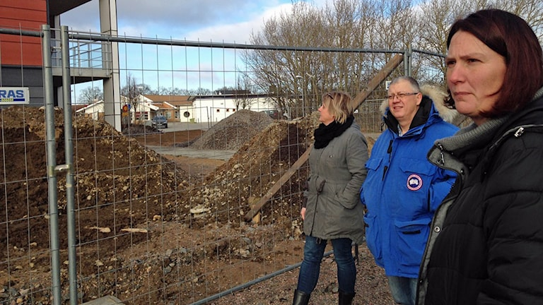 Susanne Larsson, Attila Réthy och Christina Ripa tittar på bygget av den ena av de två fastigheter som ska innehålla träningslägenheter åt före detta missbrukare.