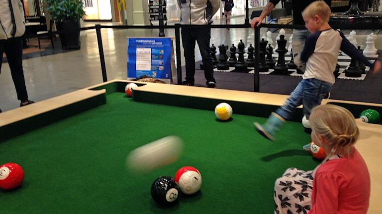 Jonathan och Maja-Lova Berg provar på den nya sporten Snookball på Väla Centrum i Helsingborg.