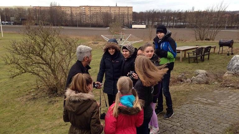 Sportlovslediga ungdomar får lära sig fota av Hussein El Alawi. Foto: Cecilia Ekman/Sveriges Radio