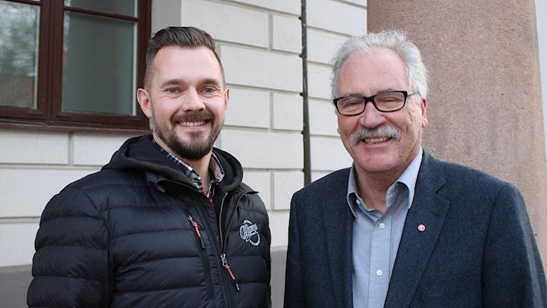 Jesper Liedstrand på O'Learys och kommunalrådet Kent Mårtensson (S). Foto: Malin Thelin/Sveriges Radio