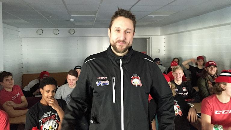 Tomas Kollar, juniortränare, trebarnsfar och f d hockeyspelare i Malmö Redhawks. Foto: Anton Kalm/Sveriges Radio.