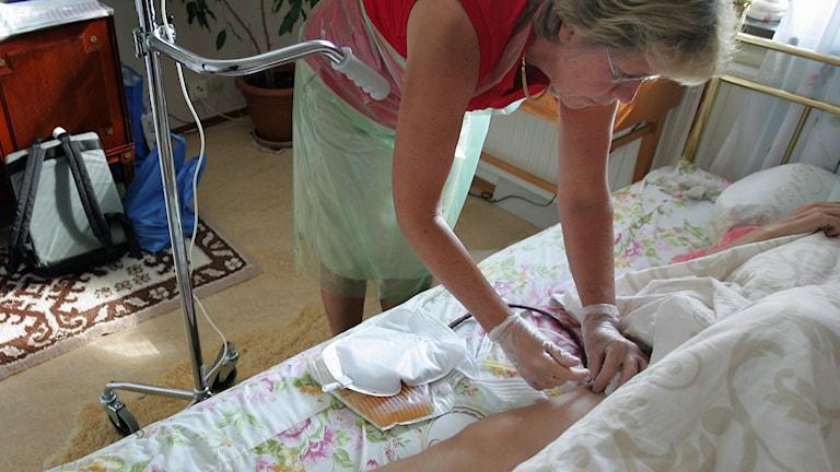 En sjuksköterska på hembesök hos cancerpatient. Foto: Fredrik Sandberg/TT
