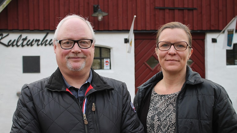 Lars-Erik Olsson, Gärdslövs byalag, och Sylvia Larsson, projektledare för Ta betalt. Foto: Malin Thelin/Sveriges Radio