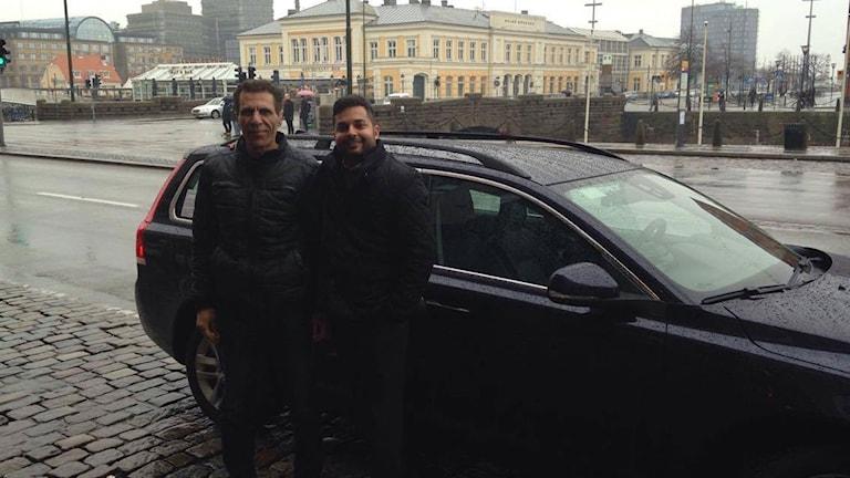 Taxiföraren Nick som gått över till Uber tillsammans med Sverigechefen Alok Alström. Foto: Cecilia Ekman/Sveriges Radio