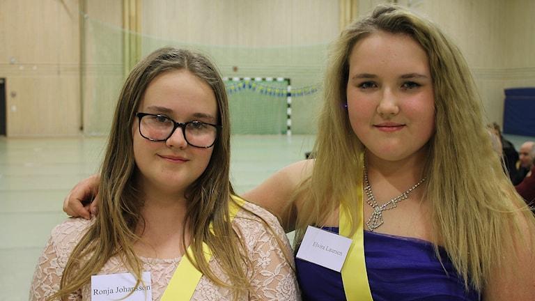 Ronja Johansson och Elvira Laursen går i sjätte klass och hjälpte till att guida besökare