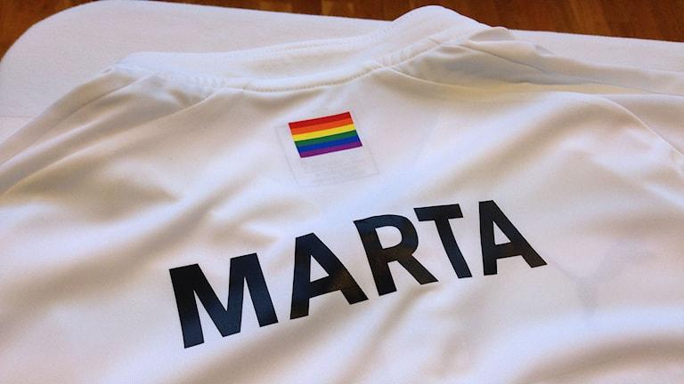 FC Rosengårds nya tröja med regnbågssymbol