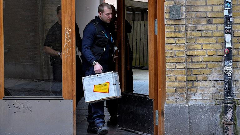 Polisens tekniker kommer ut från trappuppgången i den lägenhet på Falkenbergsgatan i Malmö där en död man hittats. Foto: Johan Nilsson/TT