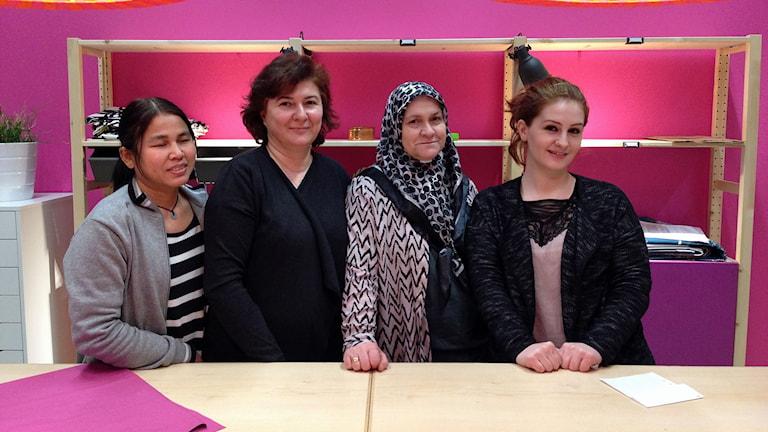 Rattani Chankhamrian, Dzanan Karimovska, Yasemin Avci och Neire Kerimovska jobbar alla i den nya butiken på IKEA.