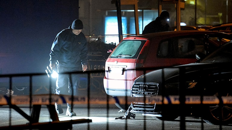 Polisens tekniker undersöker brottsplatsen, en parkering vid Nydala i södra Malmö, där en ung man sköts till döds. Foto: Johan Nilsson/TT