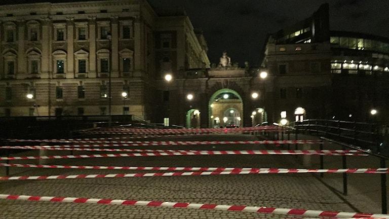 Skånska aktivister från gruppen Öresundsrevolutionen spärrade i natt av bron mellan Drottninggatan och riksdagshuset i Stockholm med 400 meter plasttejp i protest mot id- och passkontrollerna på Öresundsbron. Foto: Niels Paarup-Petersen/Öresundsrevolutionen