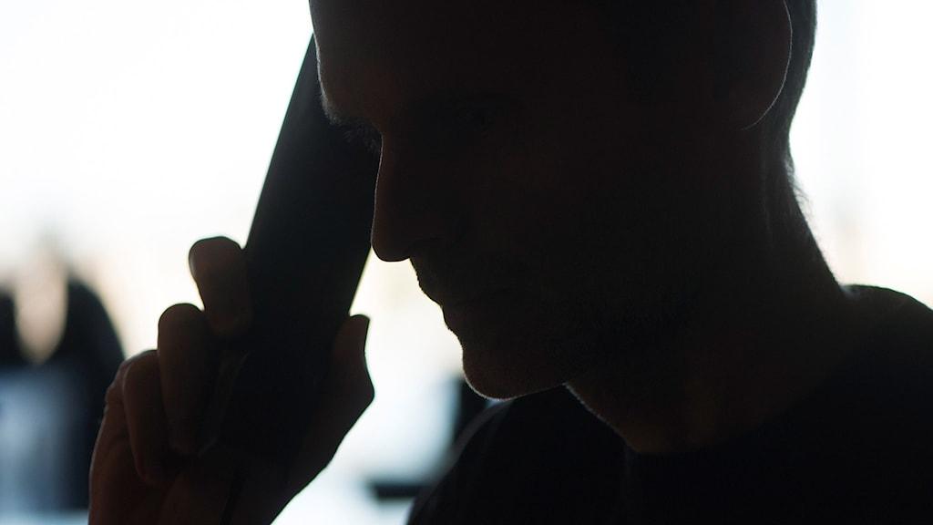 En man pratar i telefon. Foto: Fredrik Sandberg/TT