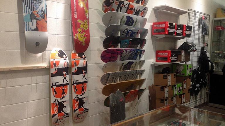 Skateboardar hänger på skolans väggar. Foto: Sagal Hussein Omar/Sveriges Radio