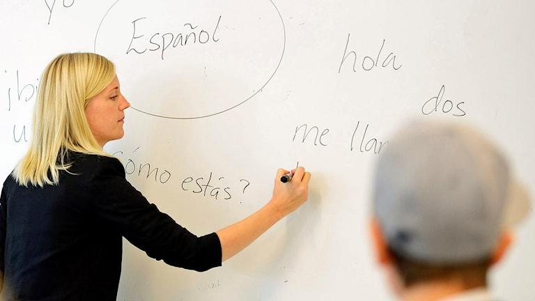 Eline Bredby, lärare i spanska, skriver spanska ord på en whiteboard i klassrummet. Foto: Henrik Montgomery/TT