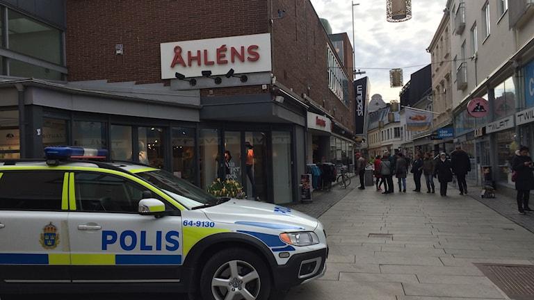 Två maskerade och beväpnade rånare slog till mot en guldfyndsbutik i Helsingborg på förmiddagen.