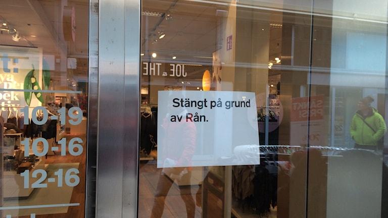 Stängt på grund av rån. Stenbocksgallerian på Kullagatan där Guldfynd ligger, hålls stängd medan polisens tekniker arbetar på platsen.